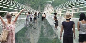 Cina, sospesi nel vuoto con il ponte di vetro