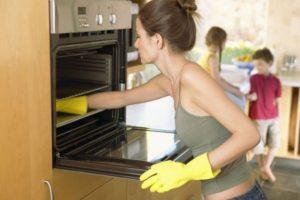 pulire il forno con l'aceto